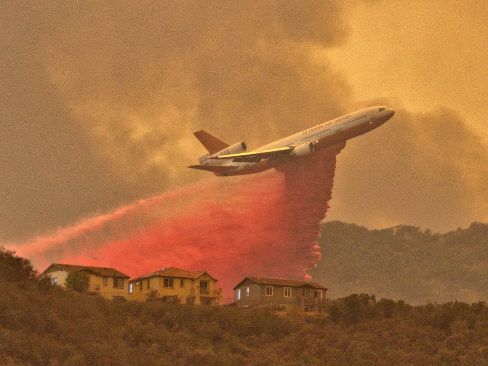Tanker 910 protects homes in Lake Elsinore during the Holy Fire